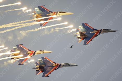 """Пилотажная группа """"Русские витязи"""" на четырех истребителях Су-27"""