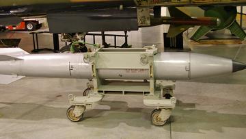 Термоядерная бомба В61, готовая к загрузке в самолет