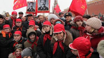 Возложение цветов к могиле Сталина