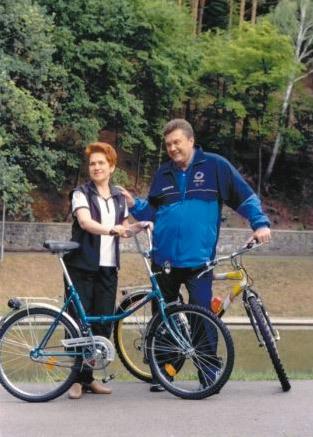 Виктор Янукович с женой на велосипедной прогулке.