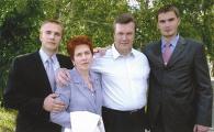 Виктор Янукович с женой и сыновьями.