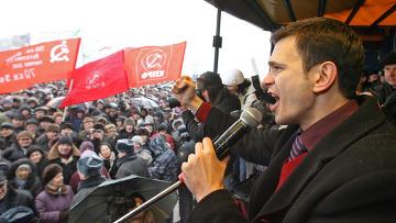 """Член движения """"Солидарность"""" Илья Яшин во время выступления на многотысячном митинге в Калининграде"""