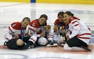 Хоккеистки Канады отметили победу сигарами и шампанским