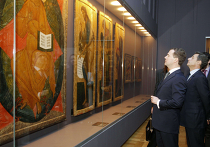 """Президенты России и Франции открыли выставку """"Святая Русь"""" в Лувре."""