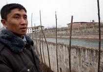 Киргизский полицейский возле узбекской границы на закрытой погранзаставе Кара-Суу-Автодорожный