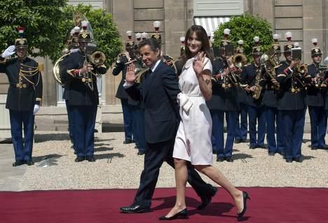 Президент Франции Николя Саркози с супругой Карлой Бруни в Елисейском дворце