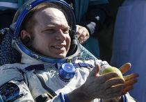 российский космонавт Олег Котов с яблоком  после приземления капсулы