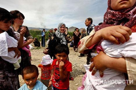 Беженцы переходят границу Узбекистана