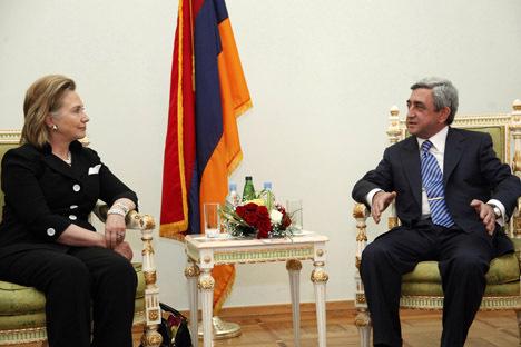 Хиллари клинтон на встрече с сержем саргсяном во время ее визита в армению