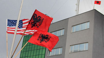 Албанские и американский флаги