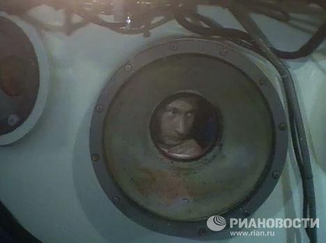 В. Путин совершил погружение на дно озера Байкал