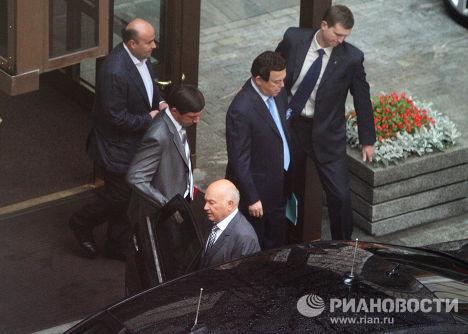 Бывший мэр Москвы Юрий Лужков у здания мэрии