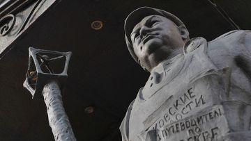 Памятник Юрию Лужкову