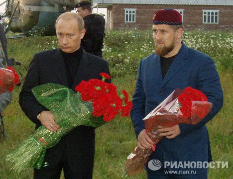 ПУТИН КАДЫРОВ АЛХАНОВ ЦЕНТОРОЙ МОГИЛА КАДЫРОВ
