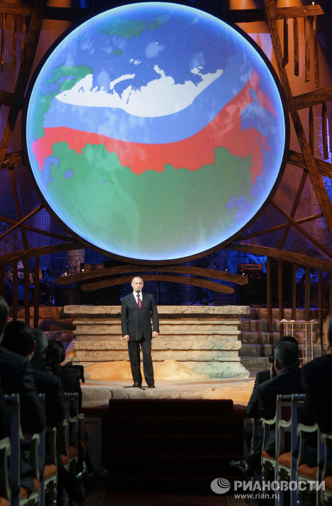 Владимир Путин на концерте, посвященном Международному форуму