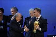 Кубок мира по футболу из рук Зеппа Блаттера принял вице-премьер России Игорь Шувалов