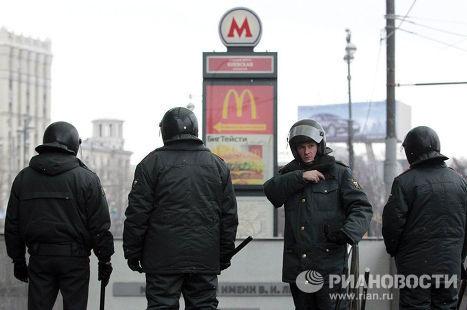 Усиленные наряды сотрудников правоохранительных органов возле ТЦ Европейский