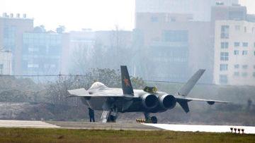 Китай провел первые летные испытания своего самолета-невидимки истребителя J-20