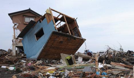 Поиск выживших и разбор завалов в разрушенных городах Японии