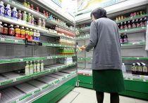 Ажиотаж вокруг питьевой воды наступил в Токио, жители буквально сметают бутилированную воду с прилавков магазинов