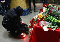 Цветы в память погибших год назад в московском метро