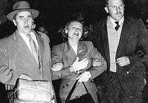 сотрудники КГБ ведут к самолету в Сиднее Евдокию Перову