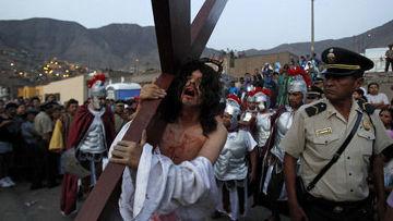 актер играет роль Иисуса Христа в Воссоздание сцены распятия Иисуса Христа в Страстную пятницу во время Страстной недели в Комас, перу