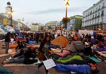 протестующие против коррупции, безработицы, двухпартийной системы ночуют на площади Пуэрта-дель-Соль в мадриде