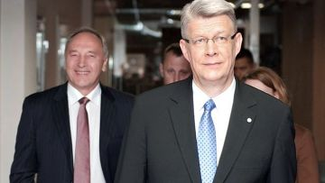 Валдиса Затлерса, действующего президента, и Андрис Берзиньш