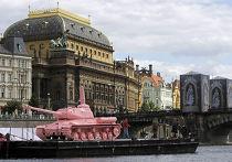 Перекрашенный в розовый цвет советский танк будет плавать на специальном понтоне по Влтаве