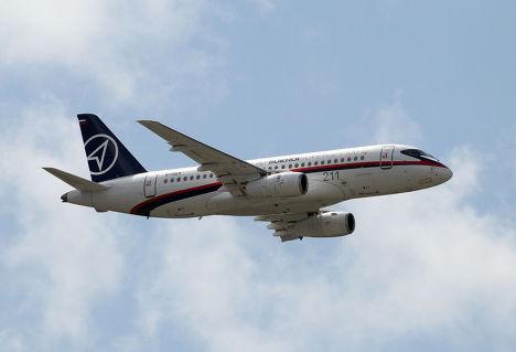 """Полет российского самолета """"Сухой Суперджет 100"""" на парижском авиасалон Ле Бурже"""