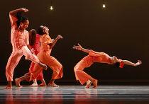 Американский театр танца Элвина Эйли (Alvin Ailey American Dance Theater) дал второе из шести представлений в московском Театре имени Станиславского