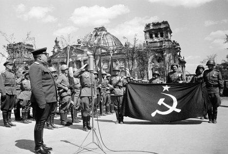 В аэропорту Внуково приземлился самолет с Актом о безоговорочной капитуляции гитлеровской Германии, май 1945 года
