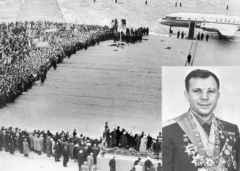 Первый космонавт мира Юрий Гагарин во время торжественной встречи в аэропорту Внуково