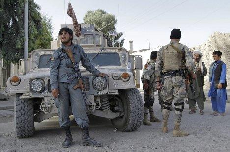Военные силы Афганистана около дома убитого Кандагара Ахмада Вали Карзая