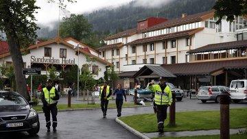 Полиция охраняет отель, куда прибыли пострадавшие и родственники погибших