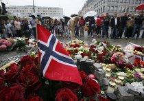 Цветы на рыночной площади в центре Осло в память о погибших в результате взрыва