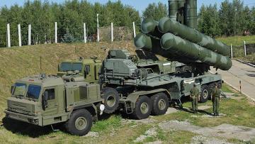 """С-400 """"Триумф"""" охраняет воздушные рубежи Москвы"""
