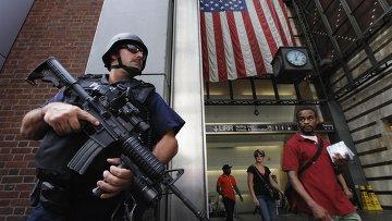 Полиция Нью-Йорка патрулирует улицы города в преддверии годовщины терактов 11 сентября 2001 г