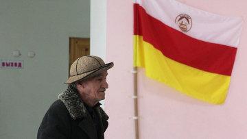 Мужчина голосует на одном из избирательных участков во время выборов президента Южной Осетии.