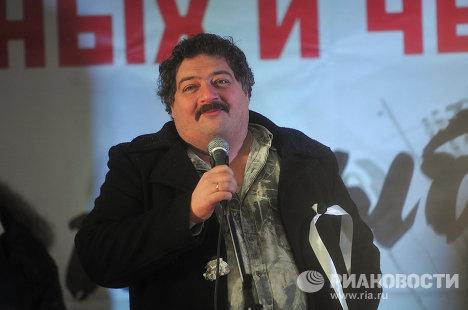 """Писатель Дмитрий Быков выступает на митинге """"За честные выборы"""" на Болотной площади."""