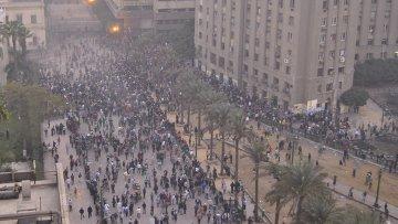 Демонстранты и полицейские продолжают противостояние в Каире