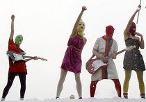 """Выступление феминистской панк-группы """"PUSSY RIOT"""" на Красной площади"""