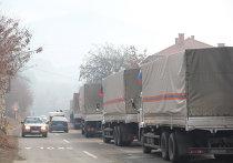 """Основная часть колонны грузовиков гуманитарной помощи России, ожидающая проезда через КПП """"Ярине"""""""