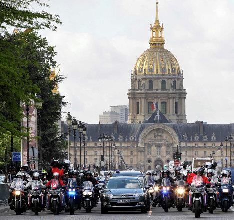 Кортеж с новоизбранным президентом Франции Франсуа Олландом в Париже
