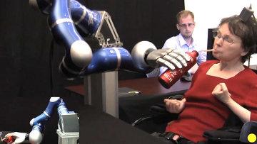 Инвалид силой мысли заставляет протез руки подавать воду