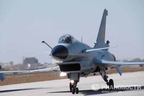 Демонстрация китайского истребителя J-10 (Цянь 10) зарубежным гостям на базе Янцунь в Тяньцзине под Пекином