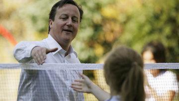 Премьер-министр Великобритании Дэвид Кэмерон сыграл в бадминтон со школьницей.