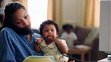 Чернокожая мать с ребенком