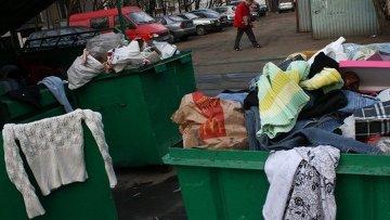 мусорные контейнеры около дома в районе Выхино